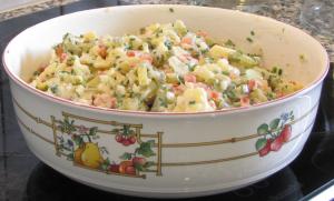 der bunte, fettarme Sattmacher-Kartoffelsalat ist ideal für eine gesunde Ernhärung oder eine Gewichtsreduktion.