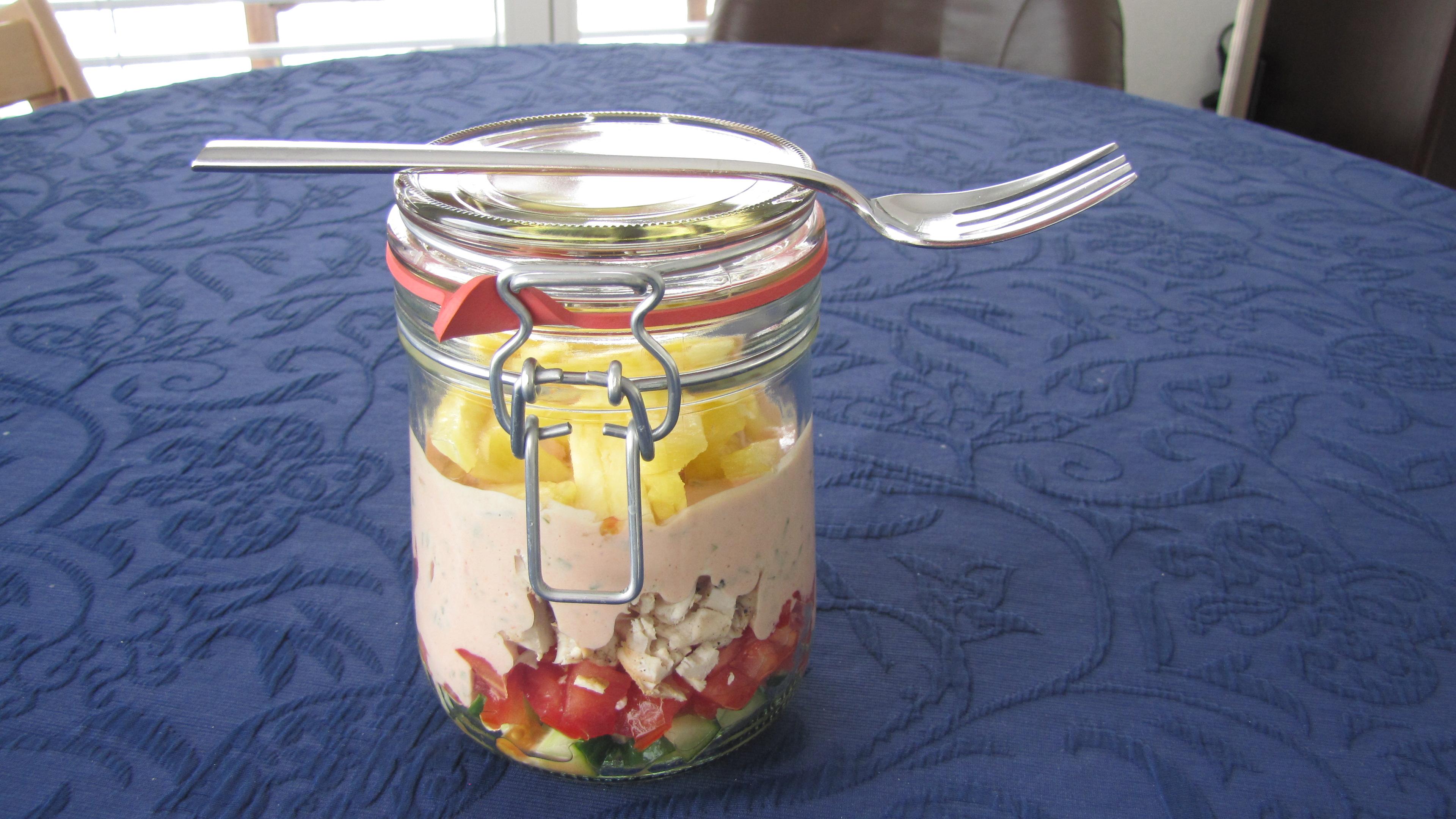 Das Dressing passt zu Blattsalaten und besonders gut zu Gemüsesalaten. Die letztgenannten sind ideale Sattmacher. Mit etwas magerem Fleisch halten sie zudem auch noch lange satt. So einen Salat kann man auch Low Carb zubereiten. Er lässt sich zudem schon am Vorabend zubereiten.