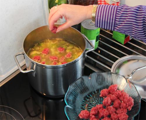 Fleischbällen zum Gemüse in den Eintopf geben