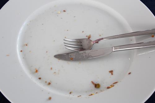 3_Dosen-Salat_mit_Rindfleisch_mit_Hanfbrot_aufgegessen