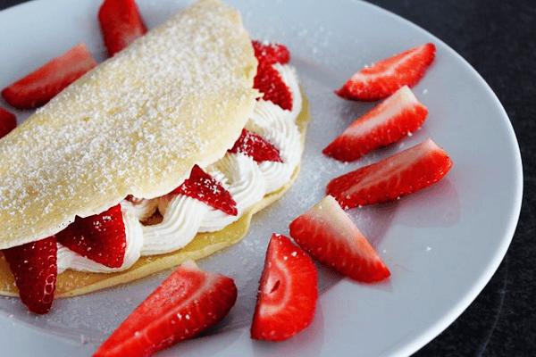 Erdbeerpfannkuchen mit Creme