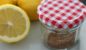Clean_Eating_Natuerliches_Zitronenaroma_Zitronen_aufgeschnitten_Zitronenpulver_im_Glas