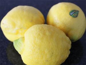 Clean_Eating_Natuerliches_Zitronenaroma_ganze_Zitronen