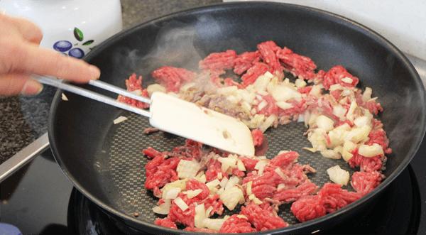 Leichte Musaka Tartar Tatar mit Zwiebeln und Knoblauch anbraten für Weight Watchers