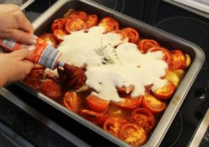 ketchup_selbst_machen_11_tomatenmark_zugeben_clean_food_und_clean_eating